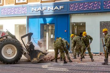 La mattina successiva al terremoto a Zagabria, l'esercito sgombera le macerie (supergenijalac/Shutterstock)