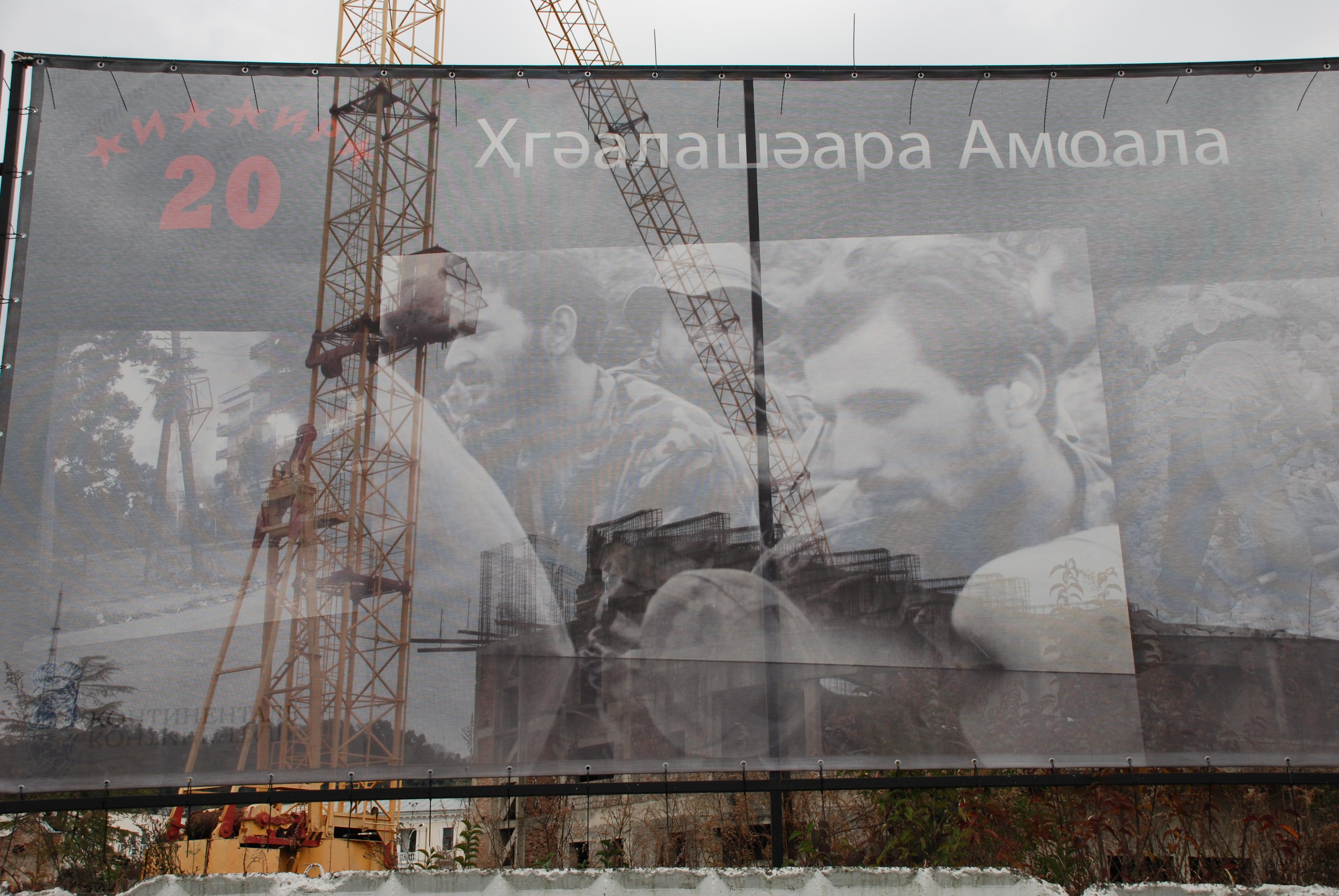 Sukhumi: un cartellone celebra i 20 anni della fine della guerra tra Abkhazia e Georgia. Dietro uno dei numerosi cantieri nel centro della capitale (foto M. Ellena)