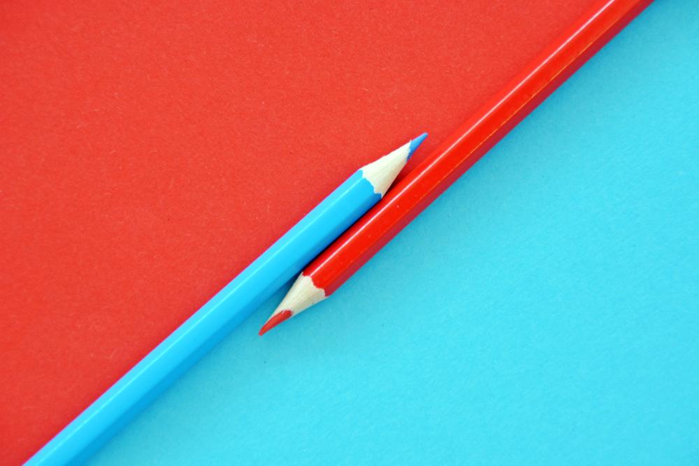 Due matite colorate una a fianco all'altra a simbolo della sottoscrizione dell'accordo tra i principali partiti politici albanesi