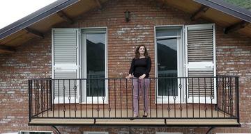 Ermira sul balcone della sua guesthouse a Koman - Ivo Danchev