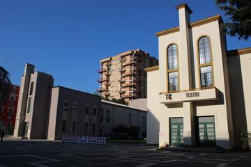 """Teatro nazionale, Tirana con la scritta """"Monumento di cultura, protetto dal popolo"""" (su gentile concessione dell'Alleanza per il teatro)"""