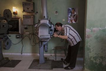 Ramazan Islami al proiettore del cinema di Përmet, foto di Camilla de Maffei