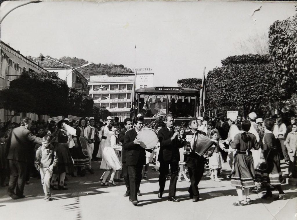 Musicisti per strada a Permet negli anni '60 - Foto dall'archivio personale di Ylli Muço