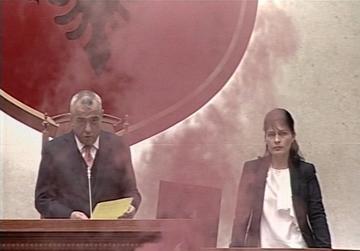 Arta Marku giura in Parlamento tra i fumogeni