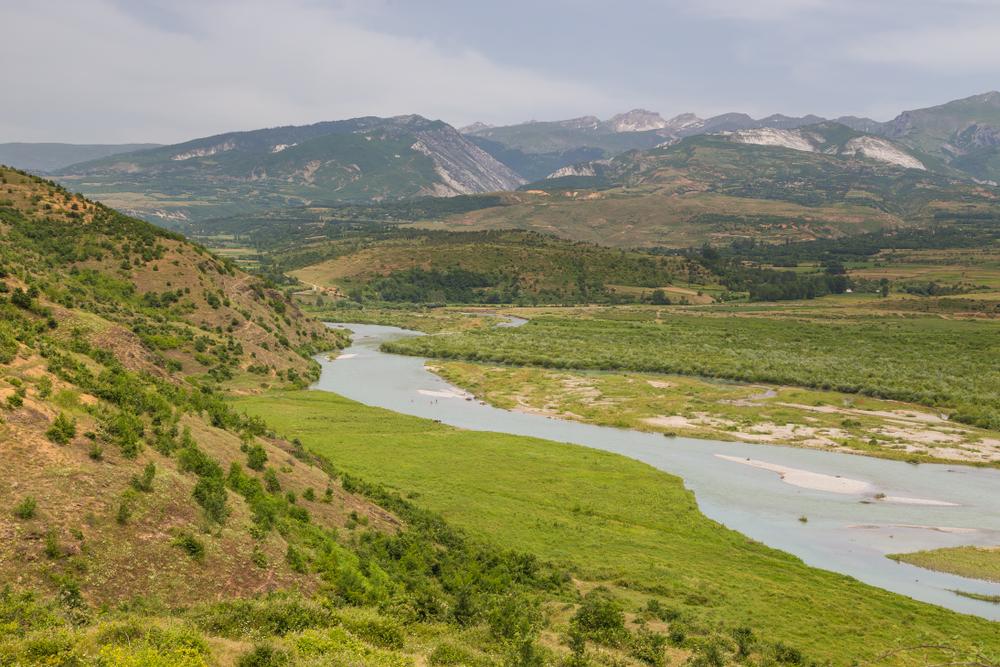 Paesaggio con fiume nel Parco nazionale di Lure, Albania
