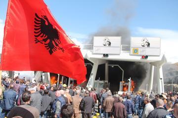 Tra Albania e Kosovo, il rogo appiccato ai caselli appena costruiti