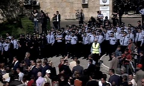 Tensione davanti alla sede della Commissione elettorale centrale a Tirana