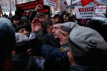 Proteste a Yerevan durante la visita di Davutoglu (©PAN Photo/Karo Sahakyan)