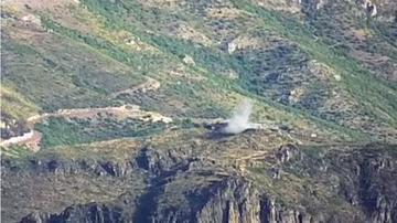 Lo screenshot di un video reso pubblico dal ministero della Difesa dell'Armenia che mostrerebbe il bombardamento di una postazione militare dell'Azerbaijan