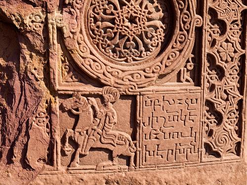 Antichi rilievi a Echmiadzin, Armenia (Foto Sjdunphy, Flickr)