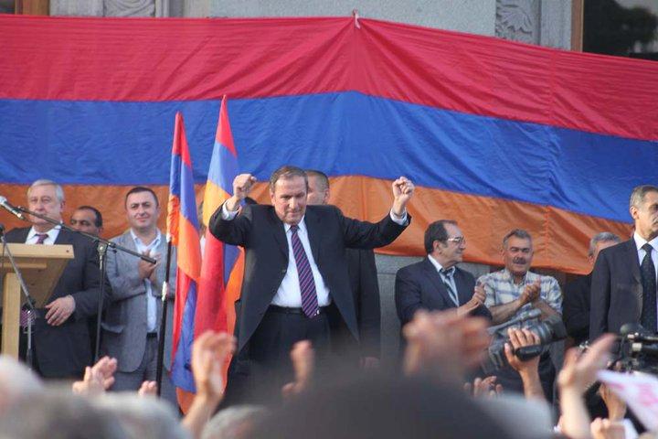 Levon Ter-Petrosyan durante la manifestazione del 31 maggio a Yerevan (Foto © Arman Veziryan)