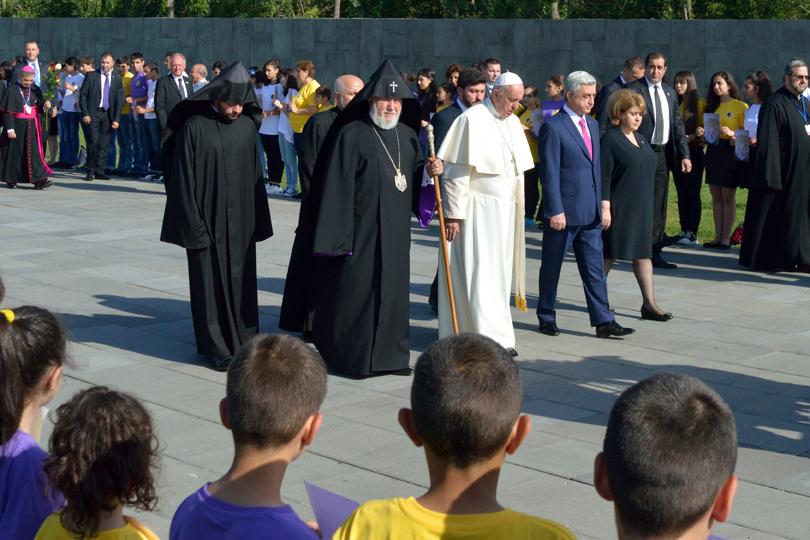 Papa Francesco con l'arcivescovo Karekin II e il presidente armeno Serž Sargsyan (foto S. Zoppellaro)