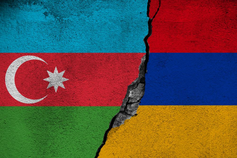 Bandiera dell'Azerbaijan e dell'Armenia dipinte su un muro e divise da una crepa a simboleggiare il conflitto fra i due paesi