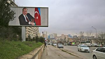 Un poster gigante ritrae Heyder Aliyev, padre del presidente in carica