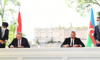 """Il presidente turco Recep Tayyip Erdoğan e il presidente dell'Azerbaijan Ilham Aliyev sottoscrivono la """"Dichiarazione di Susha"""" - foto ufficiale"""