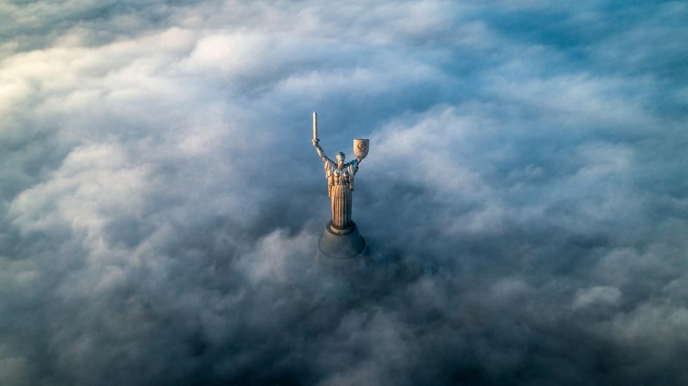Il centro di Kiev ricoperto dalla nebbia. Sbuca solo il Monumento alla Madrepatria (© LalsStock/Shutterstock)