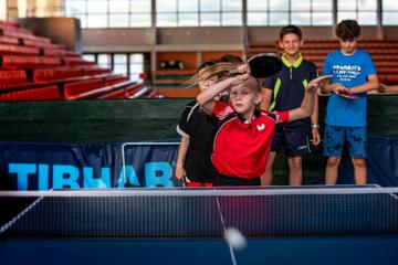 "Un bambino gioca a ping pong - Un'immagine tratta dal crotometraggio """"Pa vend"" di Samir Karahoda"
