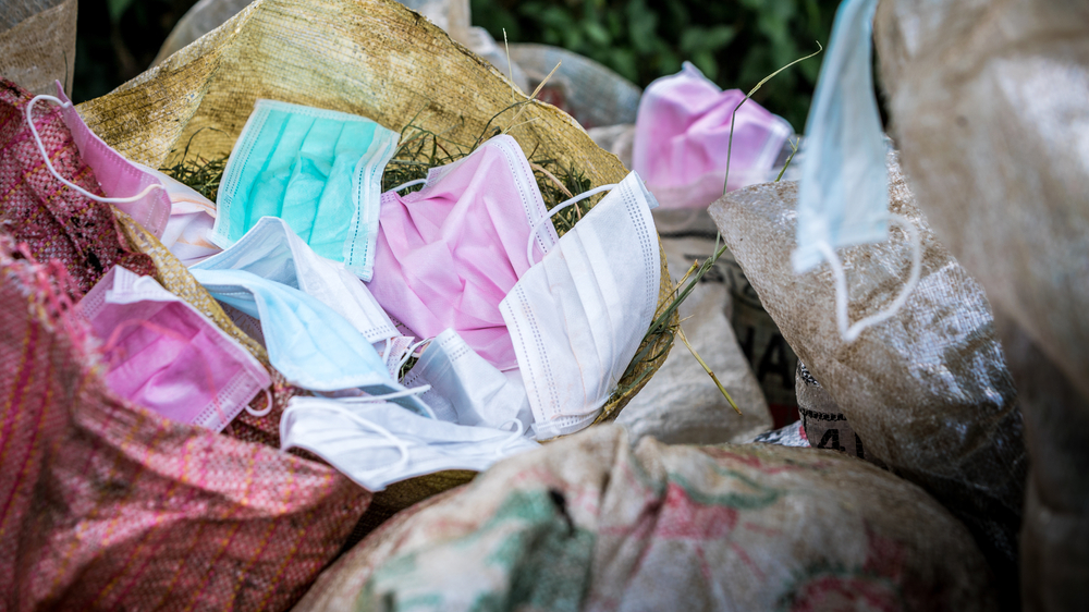 Mascherine gettate nella spazzatura (© REC Stock Footage/Shutterstock)
