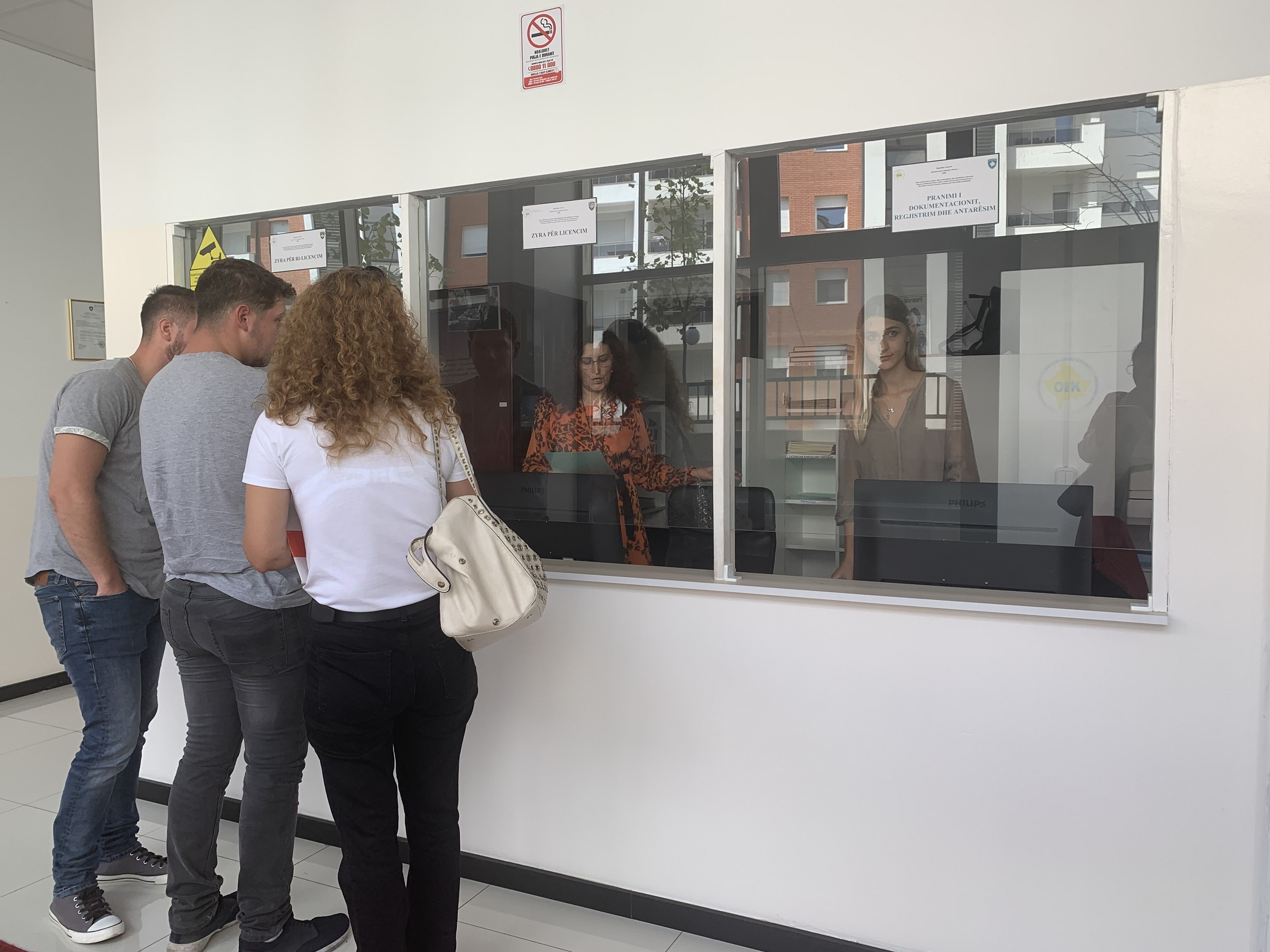 Giovani kosovari chiedono documenti per emigrare