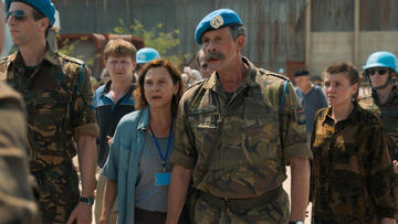"""Aidala protagonista, al fianco di alcuni caschi blu Onu, scena tratta dal film """"Quo vadis, Aida?"""" di Jasmila Zbanić"""
