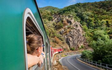 Treno che atraversa i monti della Bulgaria © varuna/Shutterstock