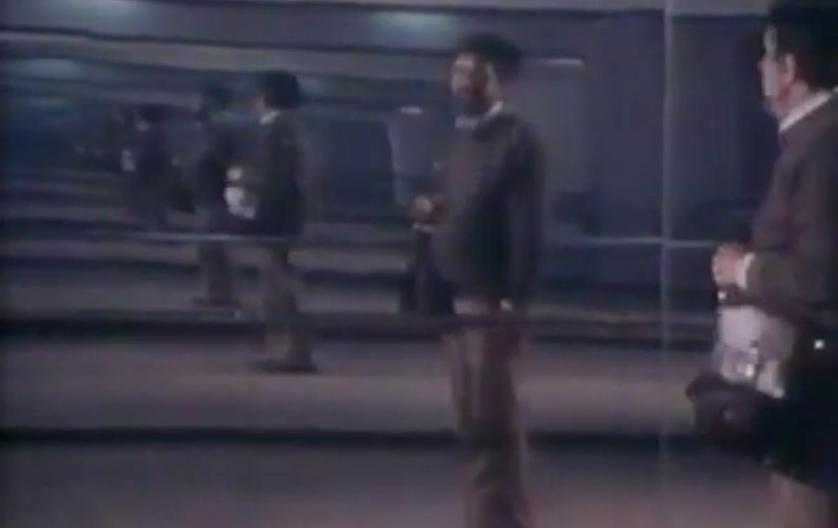 Un'immagine di un documentario firmato da Zuko Džumhur su Banja Luka, nel 1975. Nell'immagine lo stesso Zuko Džumhur riflesso in uno specchio
