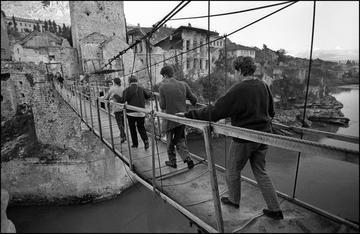 Mostar 1994, passerella al posto del Vecchio ponte abbattuto - © foto Mario Boccia.JPG