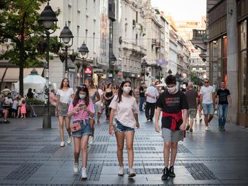 Giovani passeggiano per il centro di Belgrado © BalkansCat/Shutterstock
