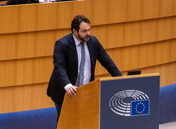 Fabio Massimo Castaldo durante una seduta plenaria al Parlamento europeo © martinbertrand.fr/Shutterstock