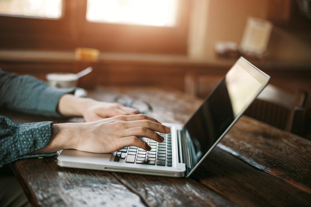 Lavoratore al computer portatile © Stock-Asso/Shutterstock
