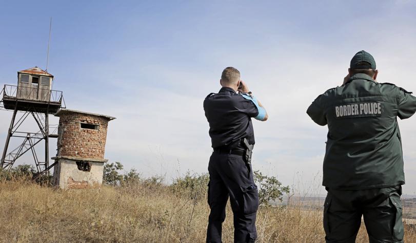 Border patrol - ©Valentina Petrov/Shutterstock