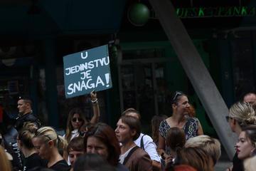 """Un cartello con la scritta """"Nell'unità è la forza"""", durante una manifestazione a Sarajevo nel 2019 - © camobor/Shutterstock"""