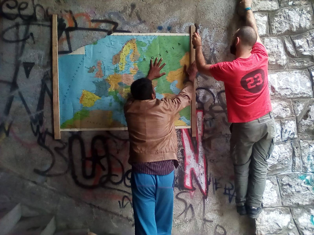 Bihac, migranti e volontari - foto di One Bridge to Idomeni.jpg