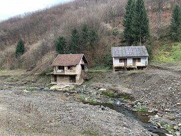 Le case distrutte e mai ricostruite sulla strada che congiunge Topčić Polje e Žepče. Foto: novembre 2019, Lillo Montalto Monella