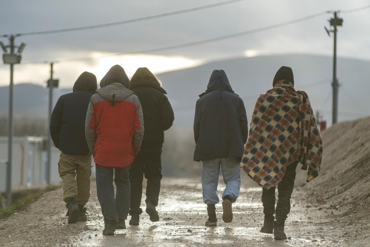 Migranti ritratti di spalle in Bosnia Erzegovina