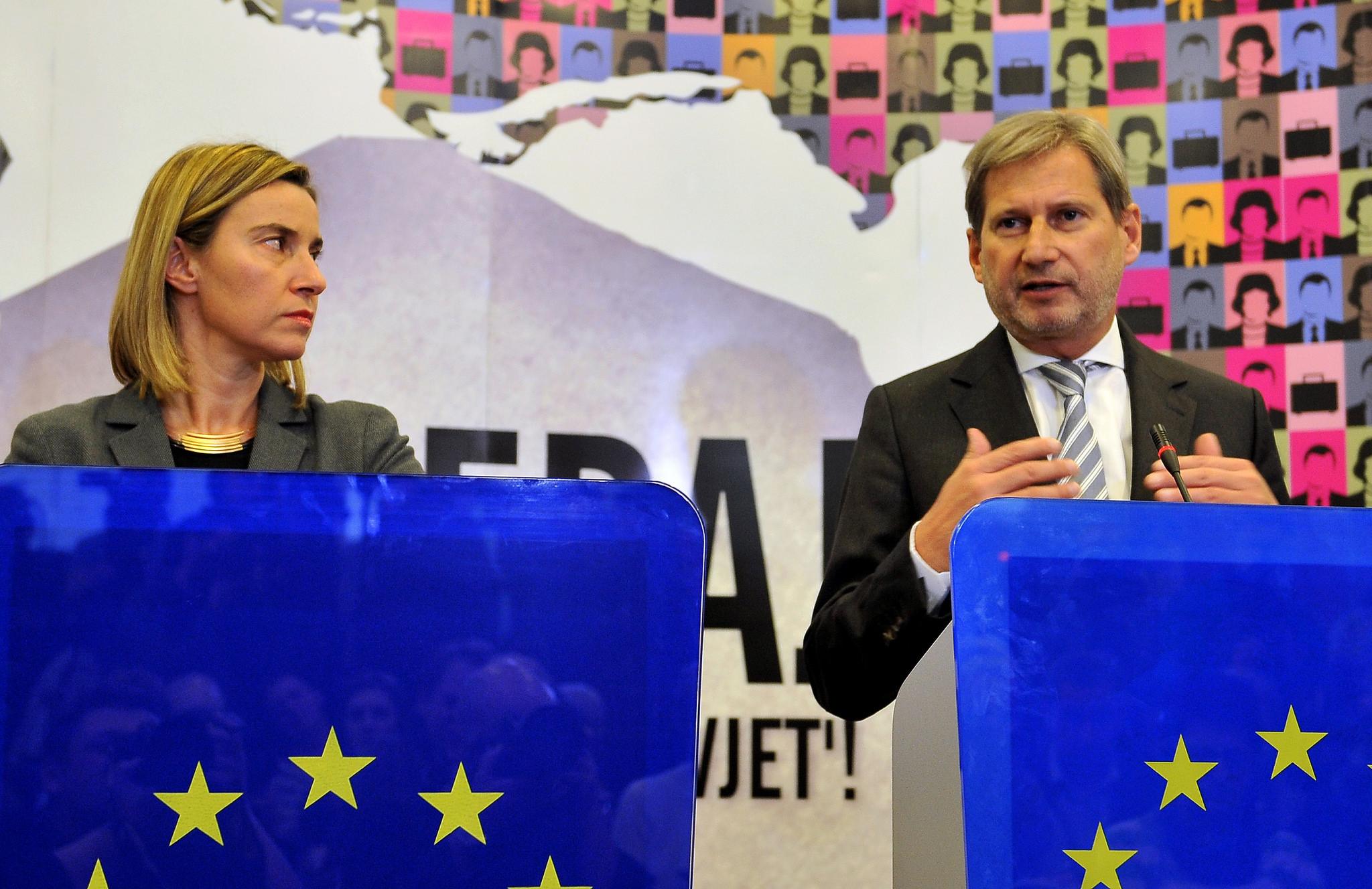 Federica Mogherini e Johannes Hahn a Sarajevo, 5 dicembre 2014 (Foto EEAS, Flickr)