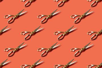 Una serie di forbici su sfondo colorato