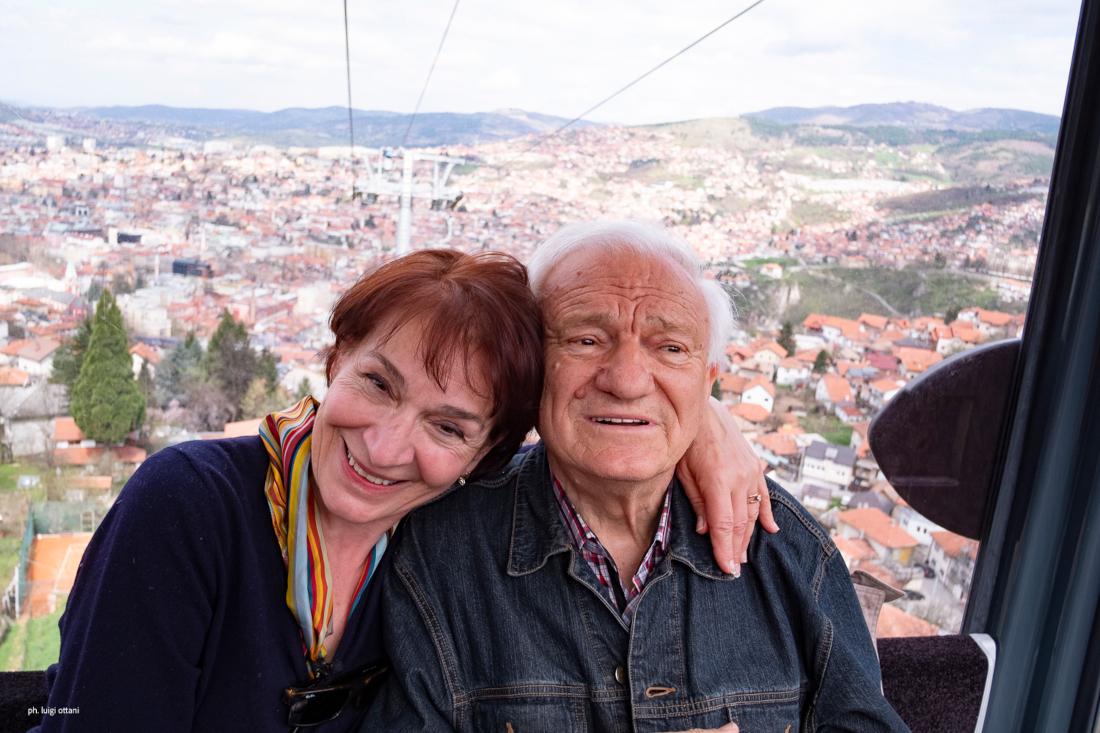 Azra Nuhefendić a Sarajevo in compagnia di Jovan Divjak (foto di Luigi Ottani)
