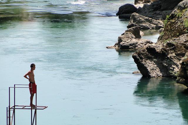 Ragazzo sulle rive della Neretva (Foto Adam Jones, Flickr)