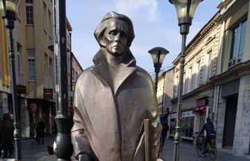 Ismet Mujezinović, statua a Tuzla (foto Sebleouf /Wikimedia)