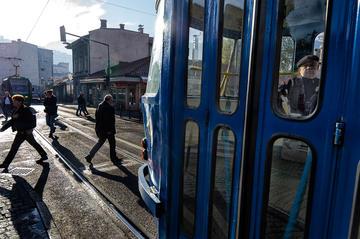 A man sitting on a bus in Sarajevo (© Maurizio Gjivovich)