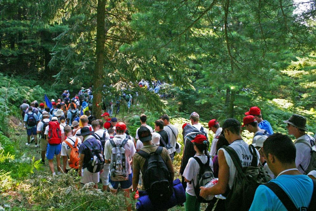 La colonna in marcia nei boschi intorno a Nežuk (Foto Michele Biava)