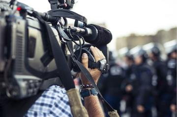 Giornalista al lavoro sul campo - © Don Pablo/Shutterstock
