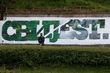 """Un murales realizzato dal writer Manu Invisibile a Srebrenica - """"Consapevolezza"""" scritto metà in cirillico e metà in alfabeto latino"""