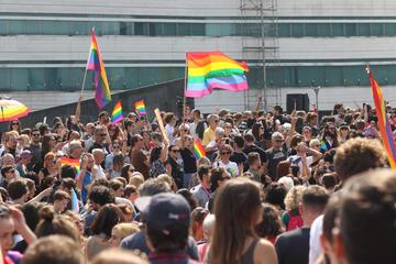 Immagine della folla con bandiere arcobaleno a Pride di Sarajevo lo scorso anno (foto © camobor/Shutterstock)