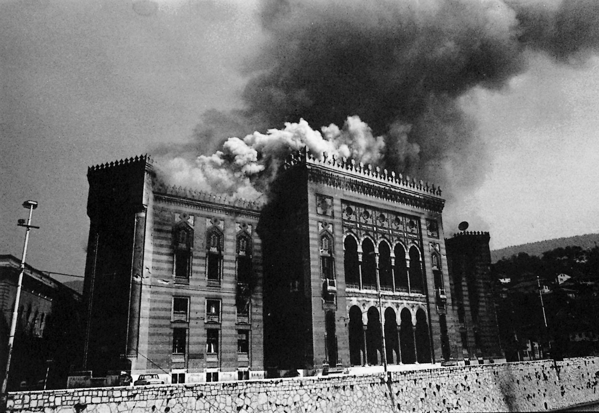 Il bombardamento della Vijećnica (dalla copertina di Sarajevo centro del mondo: diario di un trasloco, ADV)