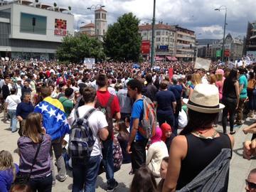 La manifestazione di fronte al Parlamento bosniaco martedi 11 giugno (Foto Andrea Rossini)
