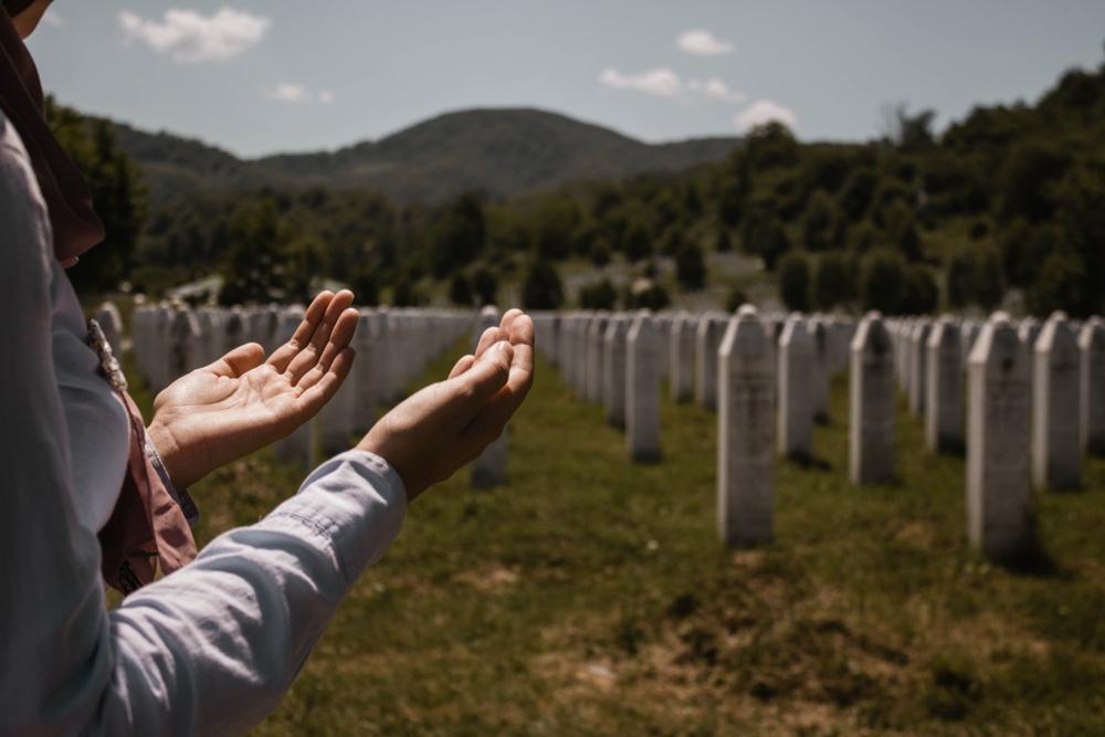 In preghiera presso il Memoriale di Potočari (© Golden Hour999/Shutterstock)