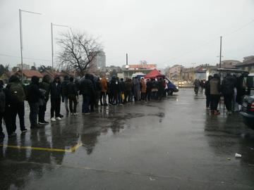 Migranti in fila nei perssi della stazione di Tuzla (foto A. Sasso)