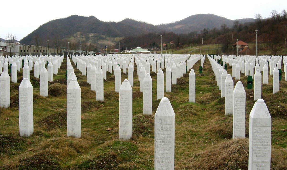Cimitero a Potocari dove sono sepolte una parte delle vittime del genocidio di Srebrenica - Wikimedia